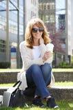 Attraktives Frauensitzen im Freien Lizenzfreies Stockfoto