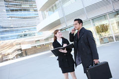 Attraktives Geschäfts-Team am Bürohaus Stockfotos