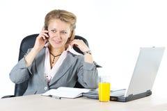 Attraktives Geschäftsfrauanrufen Lizenzfreie Stockfotos