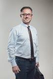 Attraktives Geschäftsmannporträt auf grauem Hintergrund stockbild