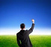 Attraktives Geschäftsmanns schauen und Hand oben Stockbilder
