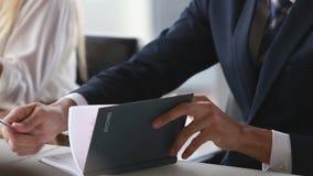 Attraktives Geschäftsmannschreiben im Notizbuch während einer Sitzung stock video
