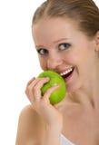 Attraktives gesundes Mädchen, das einen Apfel getrennt beißt lizenzfreies stockbild