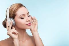 Attraktives gesundes Mädchen ist mit Kopfhörern entspannend stockfotografie