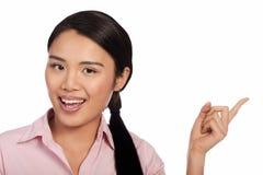 Attraktives glückliches asiatisches Frauenzeigen stockfotografie
