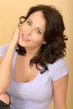 Attraktives glückliches entspanntes begeistertes junge Frauen-Porträt Lizenzfreie Stockfotografie