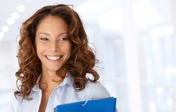 Attraktives glückliches Geschäftsfraulächeln Stockbilder