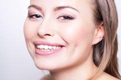 Attraktives glückliches Portrait der jungen Frau Stockfoto