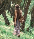 Attraktives Hippiem?dchen, das unter den B?umen im Wald geht lizenzfreies stockbild