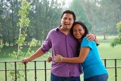 Attraktives hispanisches Paarlachen Lizenzfreies Stockbild