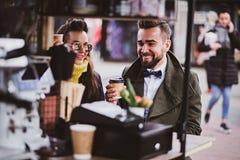 Attraktives intelligentes Paar genie?t Kaffee beim am kleinen coffeesho drau?en sitzen lizenzfreie stockfotografie