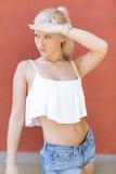 Attraktives jugendlich Mädchen, das in der Sonne aufwirft Stockfotografie