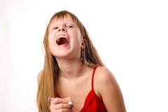 Attraktives jugendlich Mädchen mit der Feder, lachend, i Stockfotos