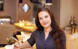 Attraktives junge Frau trinkendes cofee in der Bar Lizenzfreies Stockbild