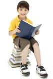 Attraktives Jungen-Kind-Lesebuch Stockbild