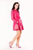 Attraktives junges Art und Weisebaumuster im rosafarbenen Mantel Stockfotos