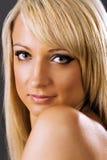 Attraktives junges blondes Frauenlächeln lizenzfreie stockfotos