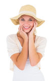 Attraktives junges blondes Lächeln an der Kamera im sunhat Stockbild