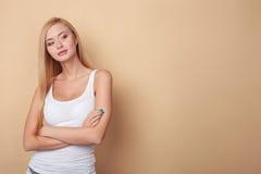 Attraktives junges blondes Mädchen flirtet mit Lizenzfreie Stockfotografie