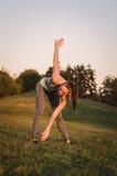 Attraktives junges Eignungsfrauentraining im Park sie macht a Lizenzfreies Stockfoto