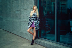 Attraktives junges erwachsenes blondes Mode-Modell, das draußen aufwirft Lizenzfreie Stockfotografie
