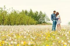 Attraktives junges glückliches Paar auf einem Frühlingsgarten Stockbilder