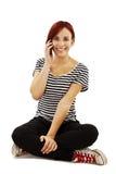 Attraktives junges Mädchen, das einen Telefonaufruf bildet Stockbilder