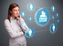 Attraktives Mädchen, das modernes Sozialnetz betrachtet Lizenzfreie Stockfotos