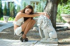 Attraktives junges Mädchen im Garten Lizenzfreie Stockfotos