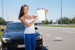 Attraktives junges Mädchen kauft einen neuen Transport Lizenzfreies Stockfoto