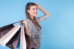 Attraktives junges Mädchen möchte alles kaufen Stockfoto