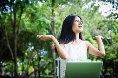 Attraktives junges Mädchen mit Laptop draußen stockbilder