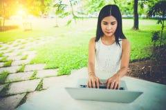 Attraktives junges Mädchen mit Laptop draußen Kappe, Kap, Feier, Koch, speisend, Esszimmer, Speisetisch, Abendessen, Getränk, tro Lizenzfreies Stockfoto