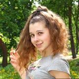 Attraktives junges Mädchen mit lustiger Haarart lizenzfreies stockbild