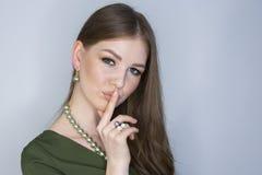 Attraktives junges M?dchen, das ihre Lippen ber?hrt Foto des blonden M?dchens mit perfekter Haut auf grauem Hintergrund Frau, die lizenzfreies stockbild
