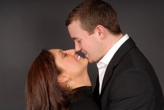 Attraktives junges Paar in jeden anderen bewaffnet das Anstarren an jedem othe Stockbild