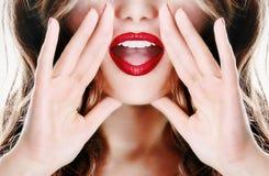 Attraktives junges sexy Frauendamen-Modellmädchen, das einem Geheimnis sagt Stockfoto