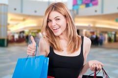 Attraktives kühles junges blondes Mädchen mit Einkaufstaschen Lizenzfreies Stockbild
