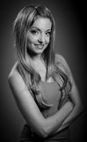 Attraktives kaukasisches blondes Mädchen lokalisiert auf einem Grau Lizenzfreie Stockfotografie