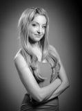 Attraktives kaukasisches blondes Mädchen lokalisiert auf einem Grau Lizenzfreies Stockfoto