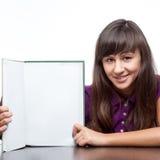Attraktives kaukasisches lächelndes Mädchen, das Buch hält Stockfotos