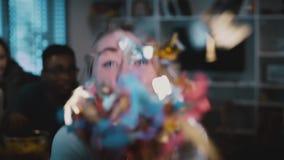 Attraktives kaukasisches Mädchen brennt heraus Konfettis durch Langsame Bewegung Schlagfunkeln der aufgeregten glücklichen Frau a stock footage