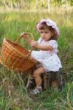Attraktives kleines Mädchen, das einen Korb anhält Lizenzfreies Stockfoto