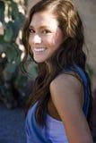 Attraktives Lächeln der jungen Frau Stockfoto