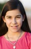 Attraktives lächelndes kleines Mädchen stockbilder