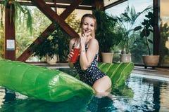 Attraktives lächelndes Slimposing in Badekurort und der Wellnessmitte lizenzfreie stockfotografie