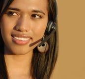 Attraktives lächelndes wom technische Unterstützung des Telefons Lizenzfreie Stockfotografie