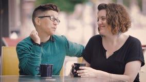 Attraktives lesbisches Paar-Gespräch in der Stadt stock video