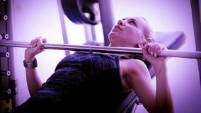 Attraktives Mädchen arbeitet mit Barbell in der modernen Turnhalle stock video footage