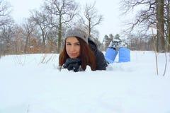 Attraktives Mädchen auf dem Schnee Lizenzfreie Stockbilder